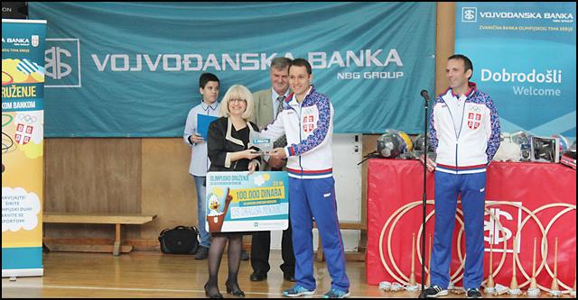 Olimpijci-Stevan-Pletikosic-i-Milutin-Stefanovic-urucuju-nagradu-direktorki-OS-Dragisa-Misovic,-Stani-Sipetic