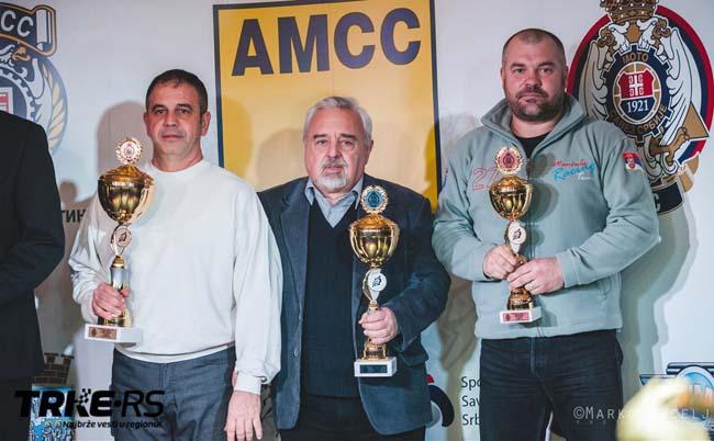 5-Nedeljko Botnjak(prvi s desna) prima pehar za treåe mesto u ekipnom plasmanu Moto klasik tampionata Srbije