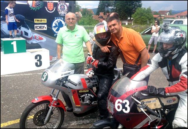 Vladimir-Čile-Tansković-legenda-čačnskog-brzinskog-motociklizma-i-nekadašnji-moto-kros-takmičar-Slobodan-Bobica-Ilić-sa-Borkom-Vranićem-pred-start