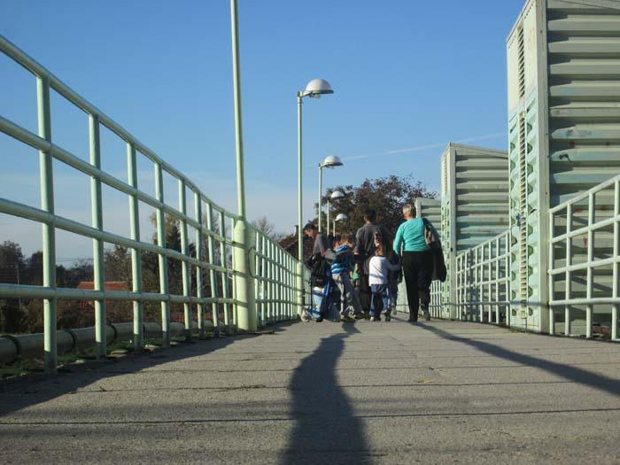 Most, pešaci