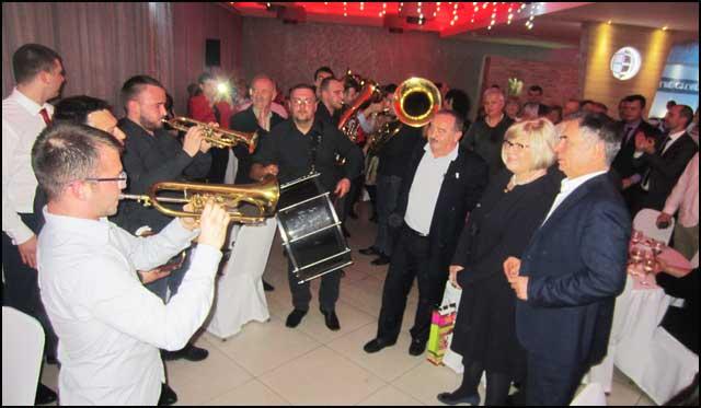 Ambasadorka-Nikolic-i-Dr-Pupovac------uzivaju-uz-trubace