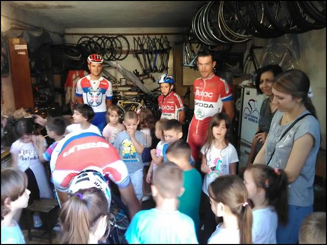 Deca-posmatraju-popravku-bicikla