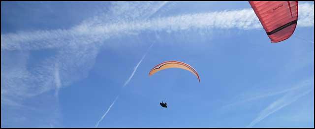Piloti-paraglajdera-iznad-Nisa