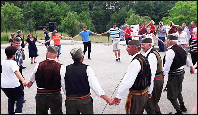 Publika-zaigrala-kolo-sa-folklorom