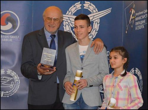 Najmlađi-dobitnici-sa-predsednikom-VSS-Labudom-Bulatovićem