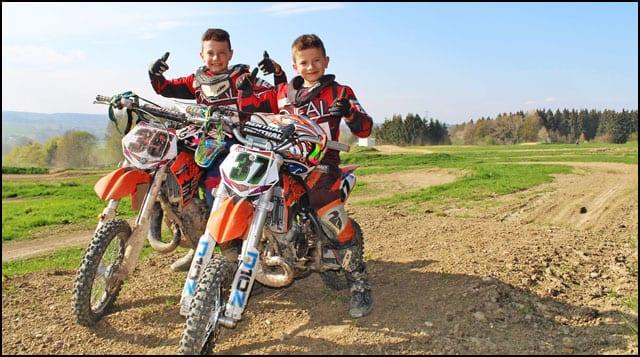 Lazar-i-Luka-Janković-tekmičari-AMSK-Čačak-Pobednici-u-klasama-MX85-i-MX65