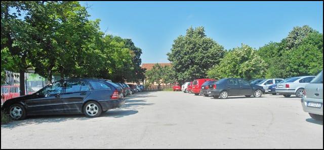 На паркингу Болнице има довољно паркинг места