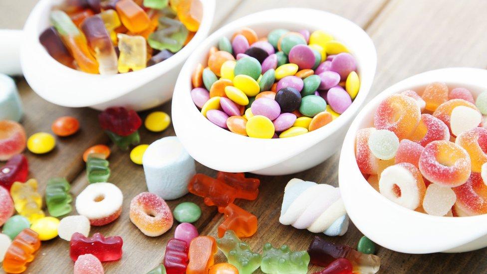 slatkiši u činiji