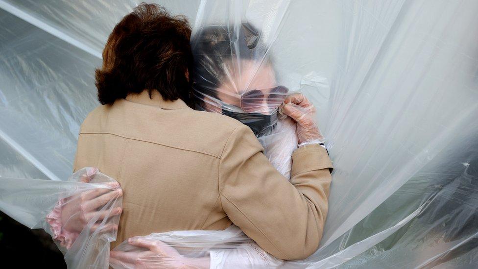 Olivija Grant grli svoju baku, Meri Grejs Sileo, 24. maj, Njujork