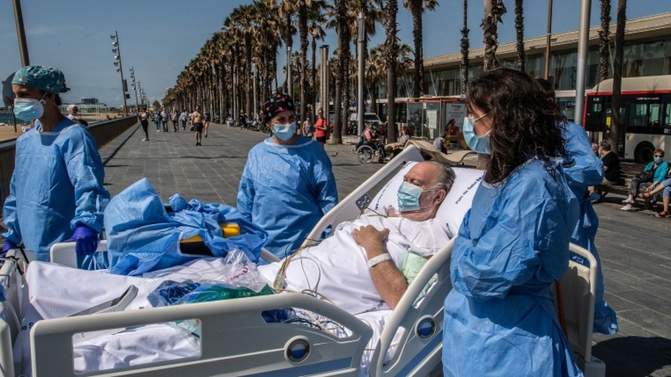Doctors in Barcelona take coronavirus patients to the beach