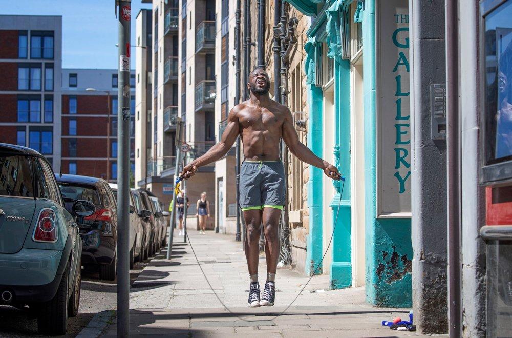 Čovek preskače vijaču na ulici