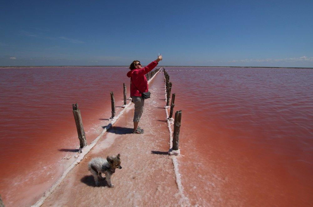 Žena slika selfi u blizini mesta gde se proizvodi so na jezeru Sasik Sivaš, na Krimu.