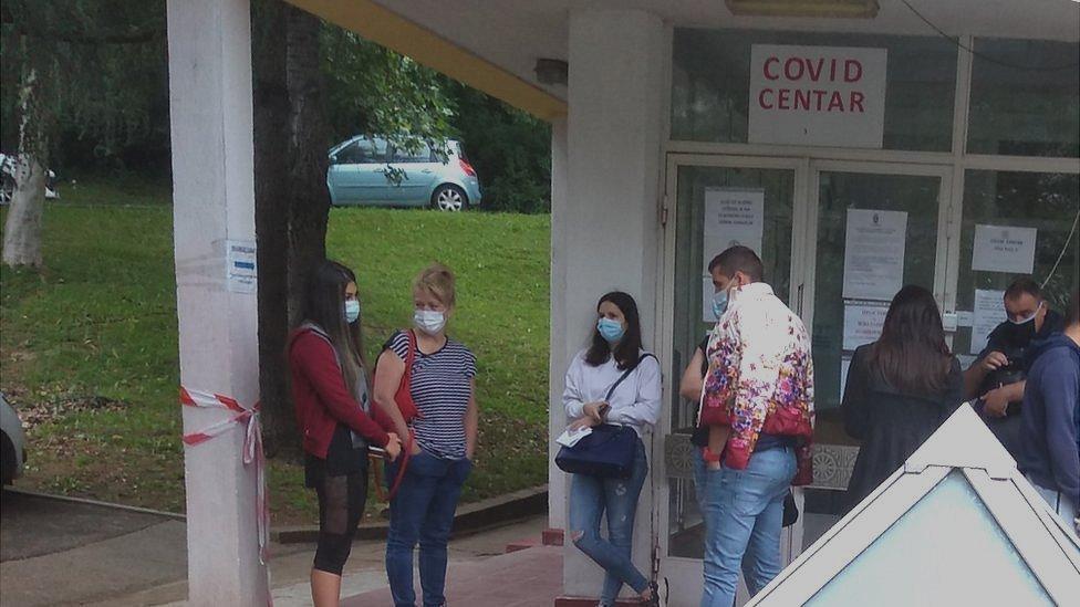 Red za testiranje ispred Doma zdravlja Rakovica, Kanarevo brdo, 17. jun 2020.