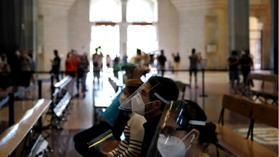 Posetioci su morali da nose maske, a neki su imali i vizire