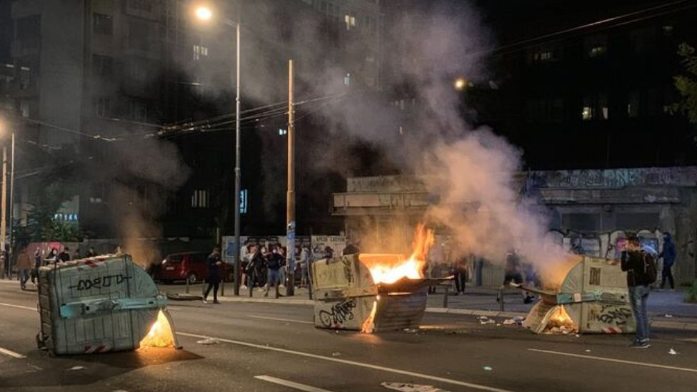 Zapaljeni kontejneri ispred zgrade Radio-televizije Srbije