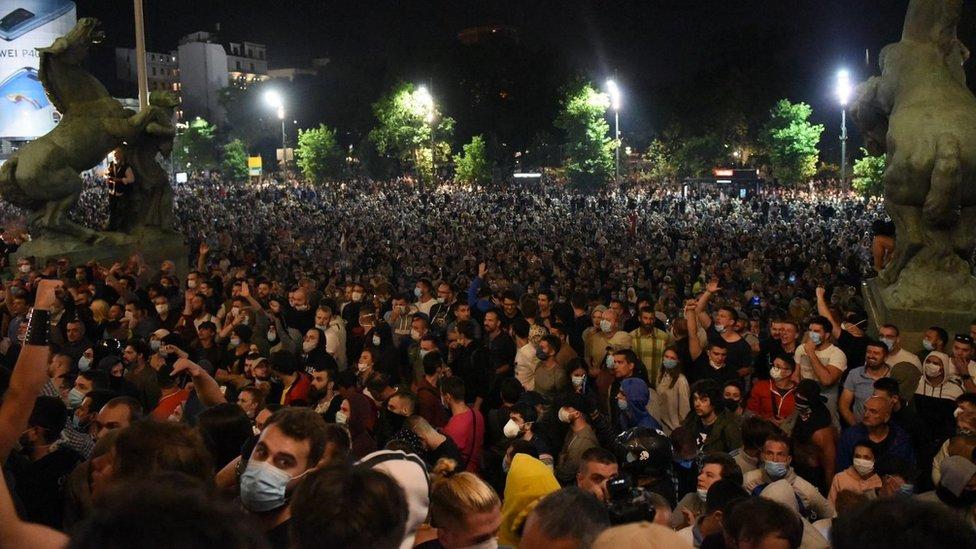 """Demonstranti su skandirali """"izdaja, izdaja"""" i pevali """"Oj Kosovo Kosovo"""", """"lopovi, lopovi"""", """"Ostavka, ostavka"""" i uvreda na račun predsednika Vučića, dok su policajcima skandirali bacite štitove"""