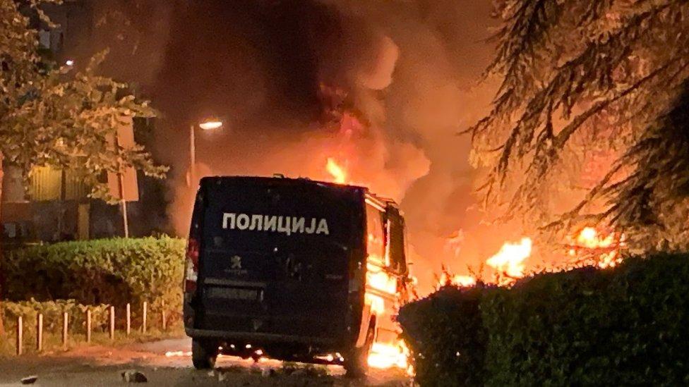 Zapaljeno policijsko vozilo u centru Beograda