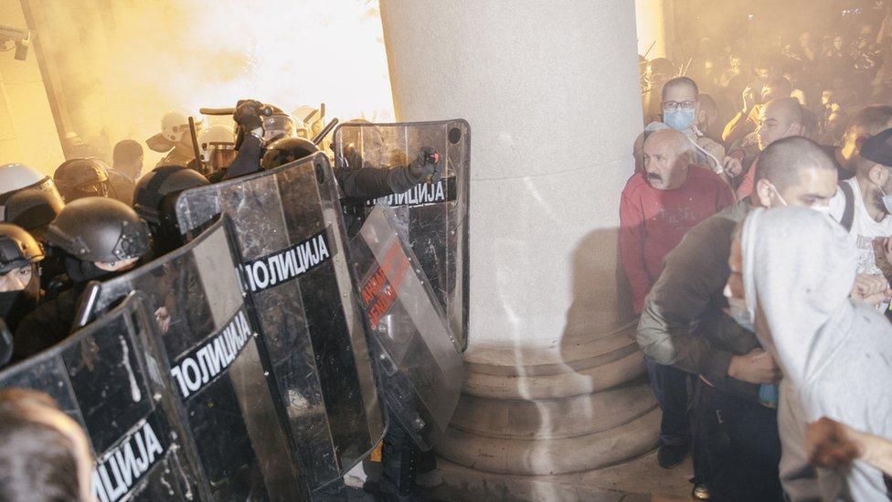 Grupa demonstranata je nekoliko puta ušla u zgradu Skupštine, odakle ju je izbacila policija