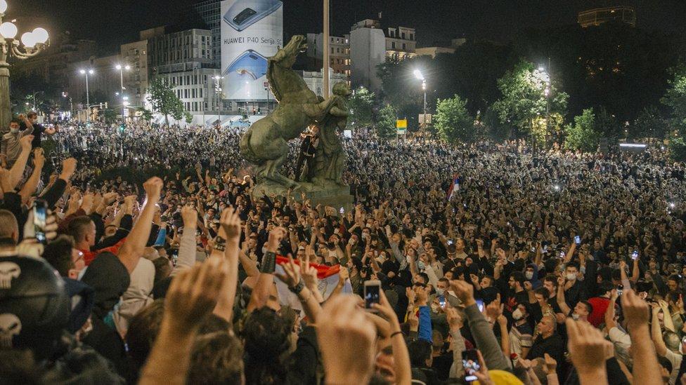 Inicijalni razlog protesta je bilo ponovno uvođenje policijskog časa