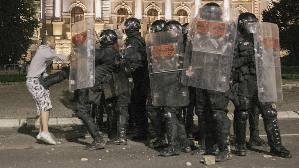 Tokom noći je bilo stalnih manjih sukoba demonstranata i policije