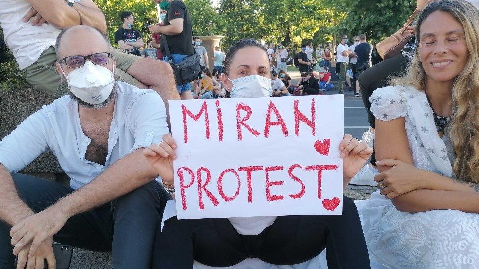 Poruka demonstranata ispred zgrade Skupštine Srbije