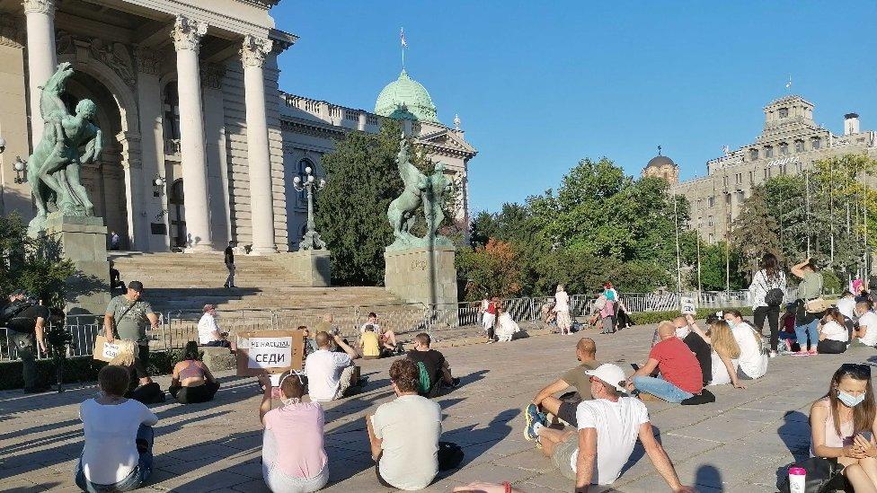 Prethodnih dana na društvenim mrežama pojavili su se i brojni snimci uglavnom iz Beograda, poneki iz Novog Sada, na kojima se vidi kako policija bije mirne demonstrante