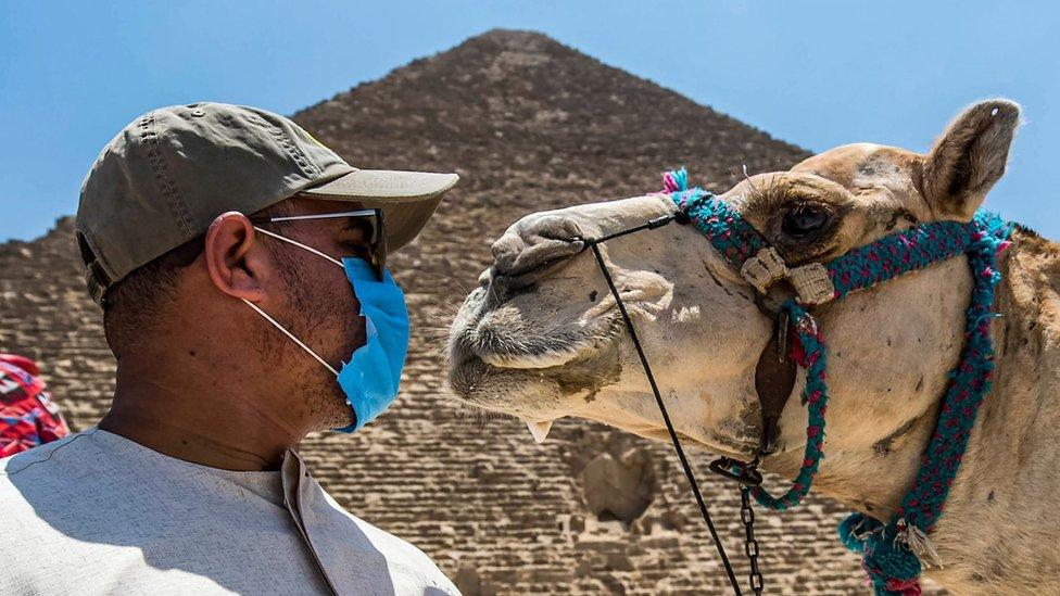 kamila i vodič ispred piramide