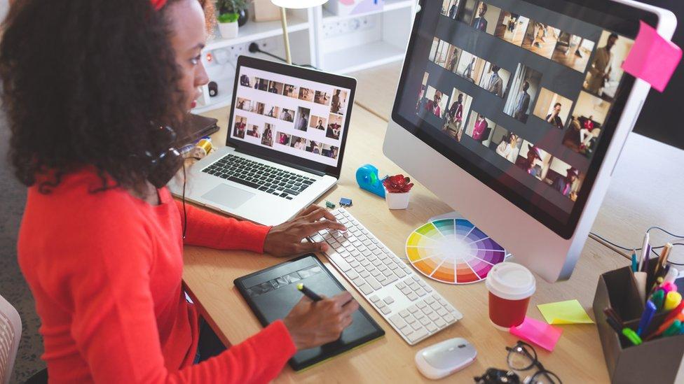 Devojka za kompjuterom