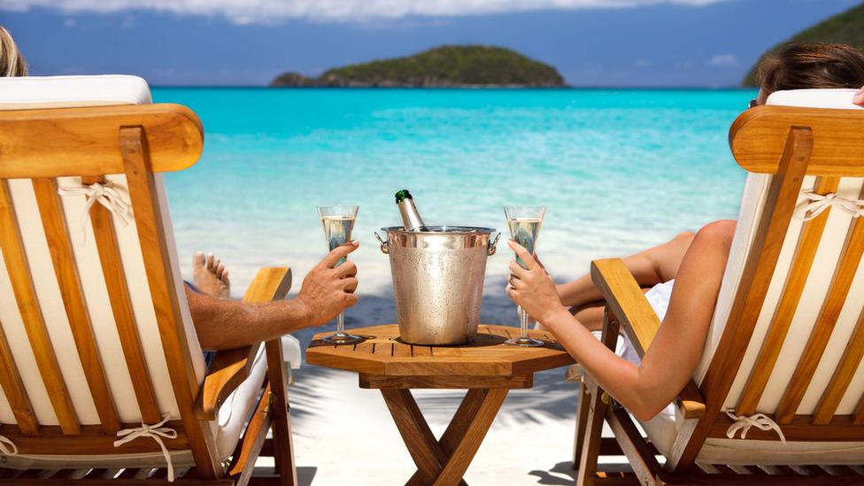 par pije šampanjac na plaži