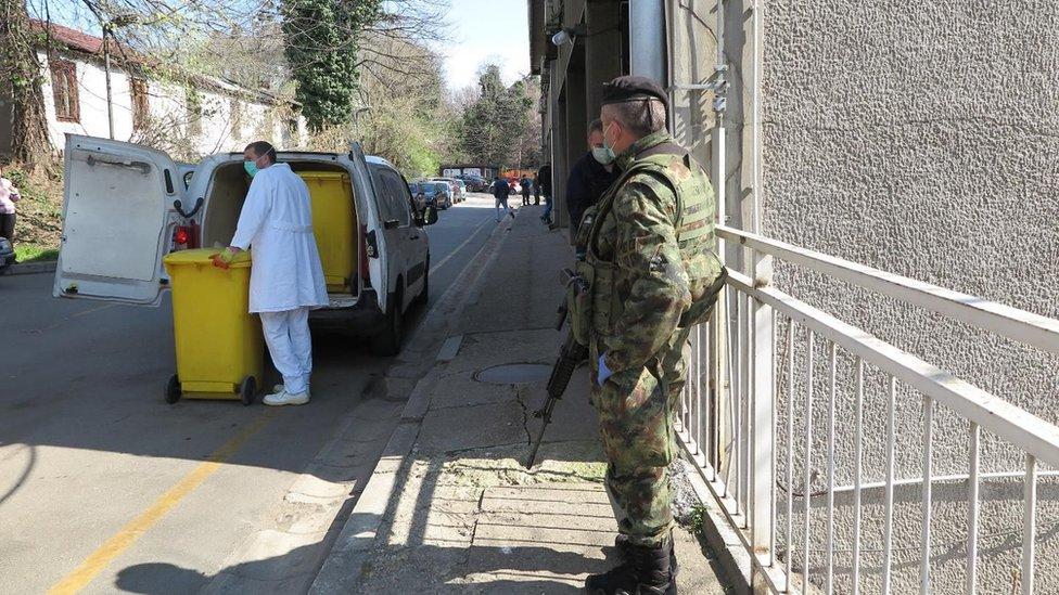vojnik ispred bolnice