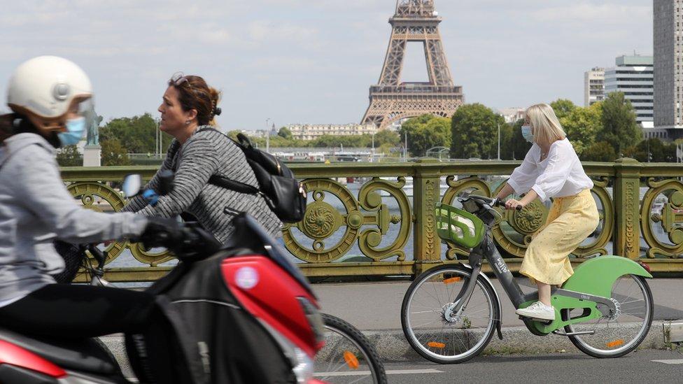 Biciklisti u blizini Ajfelovog tornja u Parizu