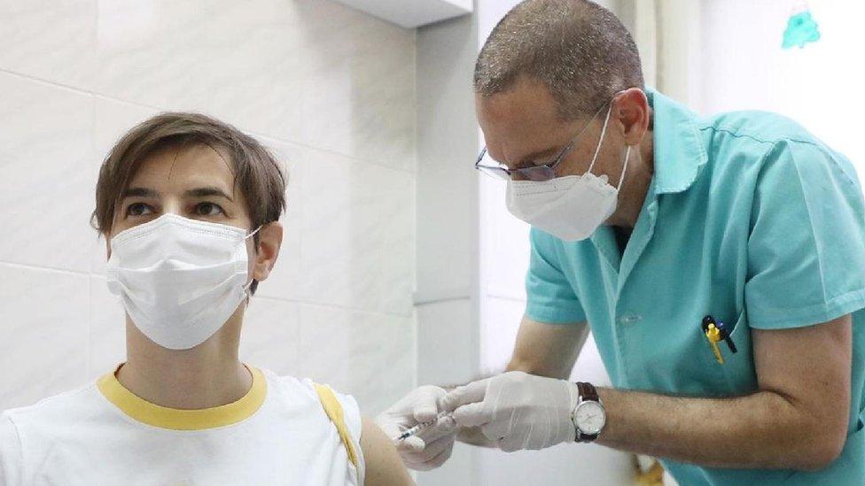 Ana Brnabić, premijerka Srbije, dobija drugu dozu vakcine