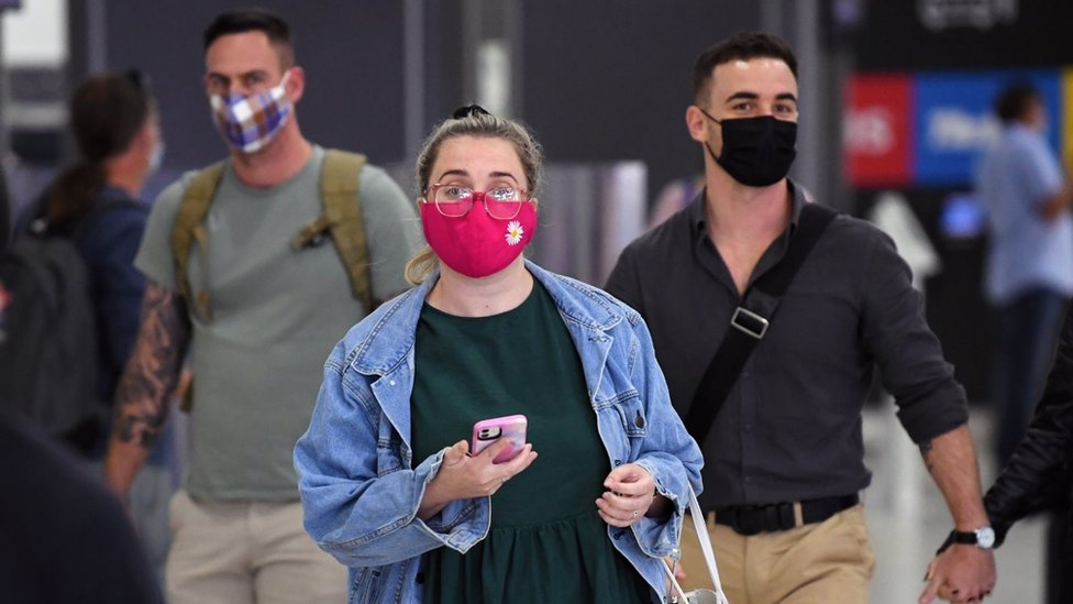 Passengers wearing masks walk through Melbourne Airport to take domestic flights in January 2021