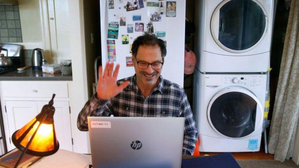 muškarac za kompjuterom