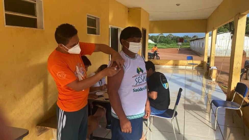 Yanamá receives his second shot of the Sinovac vaccine