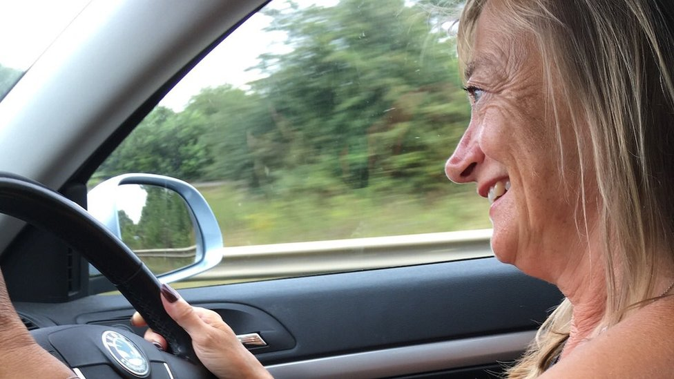 Donna driving a car