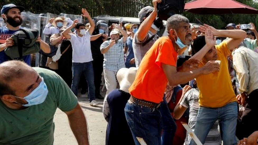 Stone-throwing in Tunis